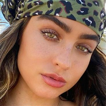 Sommer Ray Flaunts Taut Tummy & Toned Legs In Matching Sportswear Set