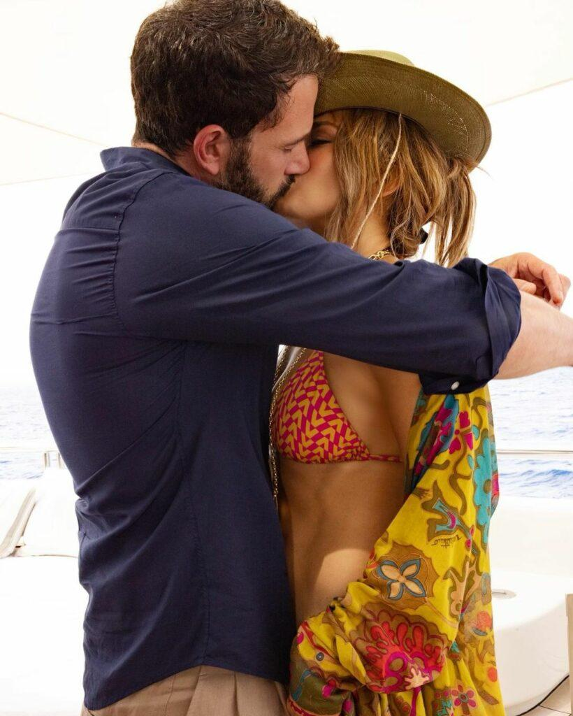 Jennifer Lopez and Ben Affleck kissing