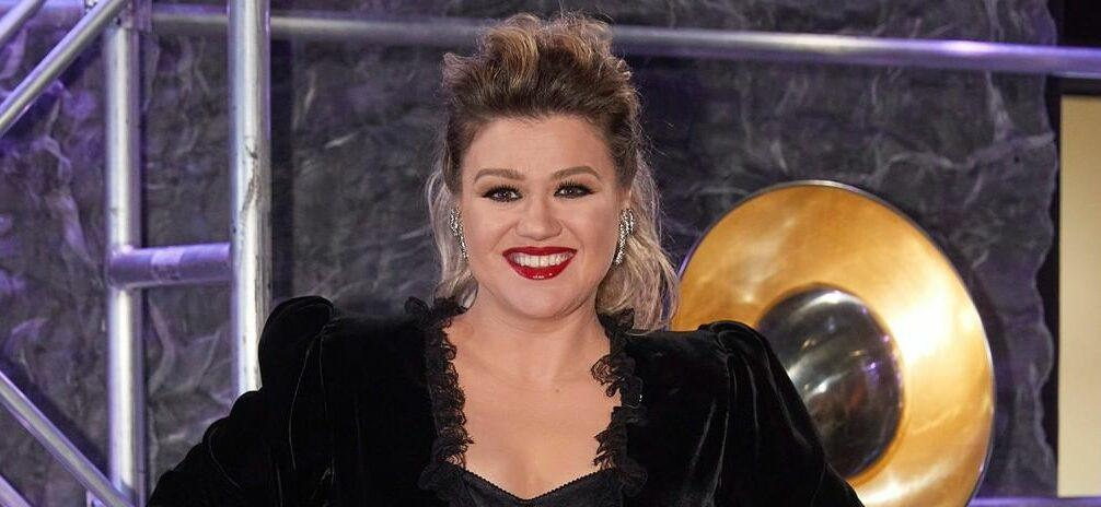 Kelly Clarkson Takes Jab at Blake Shelton During Vegas Girls' Trip
