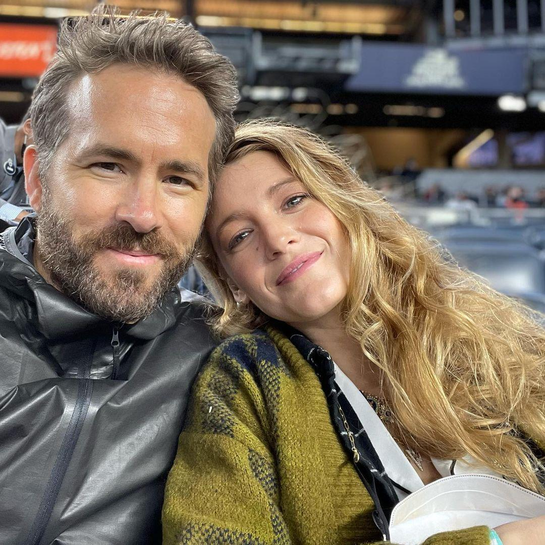 A photo showing Ryan Reynolds and Blake Lively cuddling