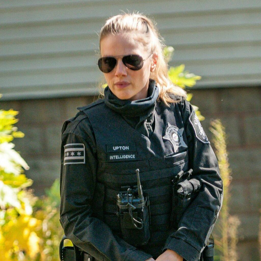 A photo showing Tracy Spiridakos in her full police gear, and she looks amazing.